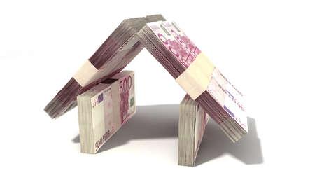 billets euro: Piles de banque ? cinq cents notes assemblé sous la forme d'une maison sur un fond isolé