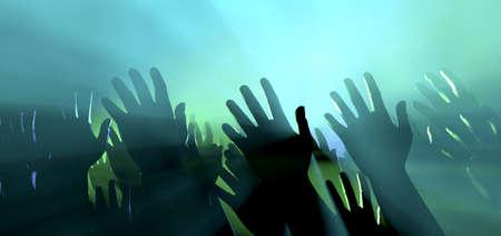 alabanza: Una visión a nivel multitud de manos levantadas entre la multitud espectador intercaladas por focos de colores y un ambiente ahumado Foto de archivo