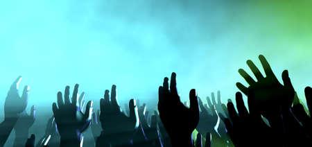loas: Una visi�n a nivel multitud de manos levantadas entre la multitud espectador intercaladas por focos de colores y un ambiente ahumado Foto de archivo