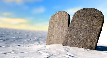 religion catolica: Dos tablas de piedra que representan los diez mandamientos de pie en la arena del desierto marr�n delante de un cielo azul Foto de archivo