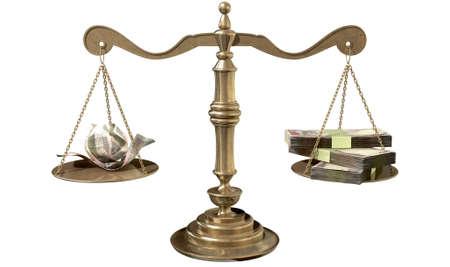 desigualdad: Una vieja escala de la justicia de bronce de la escuela con las pilas de dinero rupia india por un lado y algunas notas arrugadas por el otro en representaci�n de la desigualdad en la brecha de ingresos un fondo blanco aislado Foto de archivo