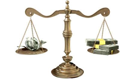 desigualdad: Una vieja escala de la justicia de bronce de la escuela con un mont�n de nosotros dinero del d�lar por un lado y algunas notas arrugadas por el otro en representaci�n de la desigualdad en la brecha de ingresos un fondo blanco aislado