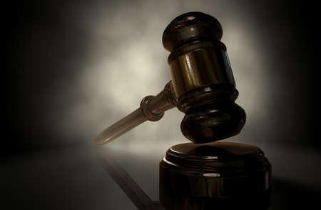 暗い背景に銅のトリム バックライト付き正規木製競売ハンマーまたは裁判官の小槌