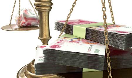 balanza justicia: Una vieja escala de la justicia de bronce de la escuela con las pilas de yuan chino dinero de un lado y algunas notas arrugadas por el otro