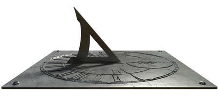 romeinse cijfers: Een oude vintage zonnewijzer klok gemaakt van gekrast metaal met Romeinse cijfers op een witte studio Stockfoto