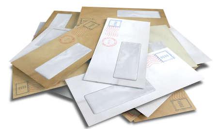 comunicación escrita: Una pila dispersa de sobres regulares con sellos de entrega y una ventana transparente sobre un fondo blanco aislado Foto de archivo