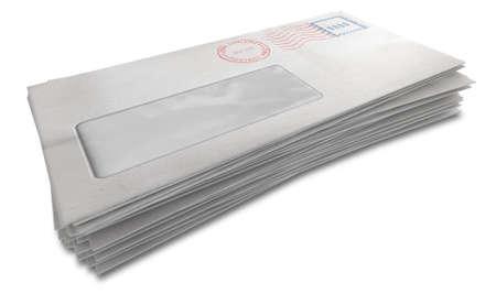 comunicación escrita: Una pila de sobres blancos regulares con sellos de entrega y una ventana transparente sobre un fondo blanco aislado