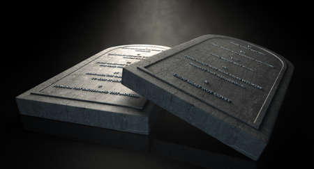 Zwei repräsentative Steintafeln mit den zehn Geboten auf sie auf einem isolierten dunklen Hintergrund ätherisch schrieben Standard-Bild