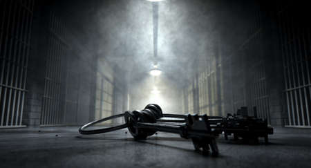 cellule de prison: Une image concept d'un corridor inquiétant dans une prison à cellules de prison de nuit montrant faiblement éclairée par différentes lumières inquiétantes et un trousseau de clés de cellules portant inquiétant sur le plancher