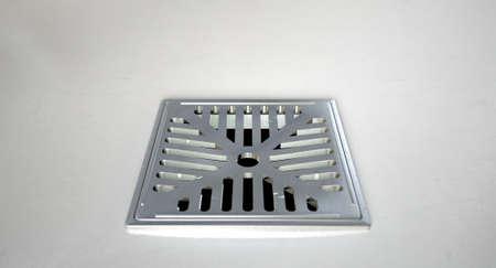 desague: Una de cerca de un desagüe de la ducha cromo fijado en un piso de la ducha blanco