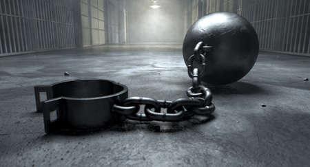 Une balle vintage et chaîne avec une manille ouvert sur un vieux plancher de bloc de cellule de prison éclairée par les lumières aériennes Banque d'images - 34292466