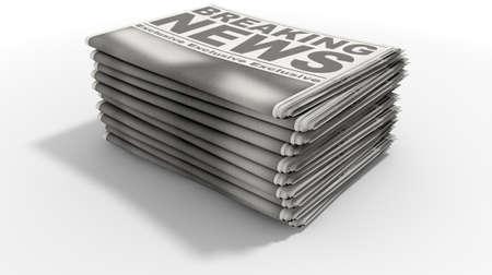apilar: Una pila de periódicos doblados apilada caliente de la prensa con un título genérico que lee noticias en la primera página en un fondo blanco aislado