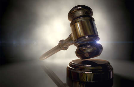 銅のトリム正規木製競売ハンマーまたは裁判官の小槌戻って点灯して暗い