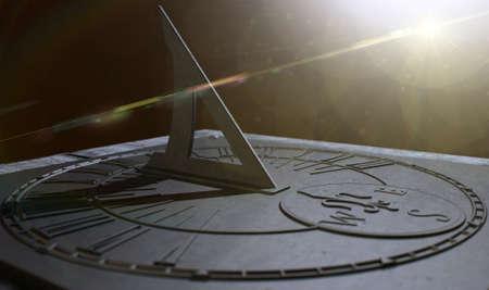 reloj de sol: Un primer extremo de una sección de un viejo reloj reloj de sol de la vendimia hecha de metal rayado con números romanos sobre un fondo oscuro