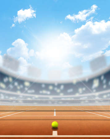 푸른 하늘 아래 낮에 표시된 점토 표면과 경기장에서 테니스 코트