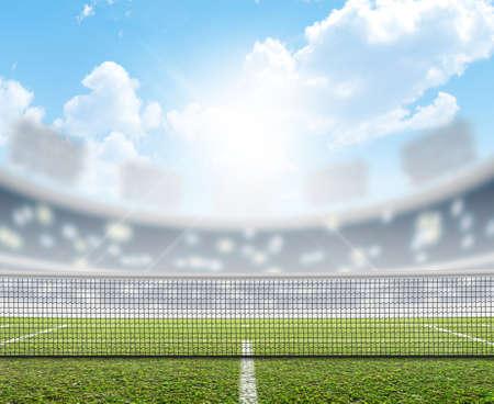 푸른 하늘 아래 낮에 표시된 녹색 잔디 표면 경기장에서 테니스 코트 스톡 콘텐츠