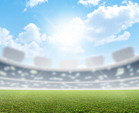 푸른 하늘 아래 낮에 표시된 녹색 잔디 피치와 일반 스포츠 경기장