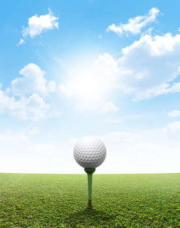 horizonte: Un césped verde plana perfecta contra un cielo azul con nubes blancas Foto de archivo