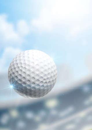 pelota de golf: Una pelota de golf regulares volando por el aire sobre un fondo estadio durante el d�a