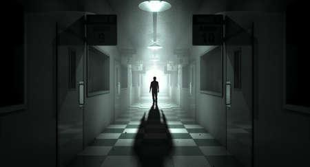Eine geisterhafte Gestalt wirft einen langen Schatten in der Mitte von einem schwach beleuchteten Durchgang eines verfallenen Irrenanstalt
