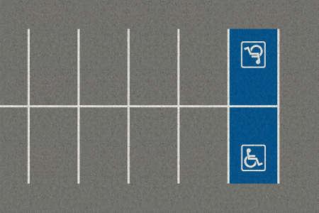 paraplegic: Una secci�n de un estacionamiento vac�o con una zona de aparcamiento parapl�jico demarcada vac�a Foto de archivo