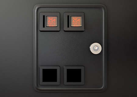 入り口と出口のスロットと孤立した背景に風防ボタン型のアーケード ゲーム機からコイン スロット パネルのクローズ アップの 3 D レンダリング 写真素材