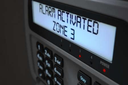 Un rendu 3D d'un panneau d'accès au clavier de sécurité à la maison avec des boutons et un écran lumineux affichant une brèche ou une brèche de sécurité