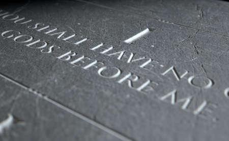 numero uno: Una representación 3D de primer plano de los diez mandamientos grabados en una placa de piedra que destaca la primera