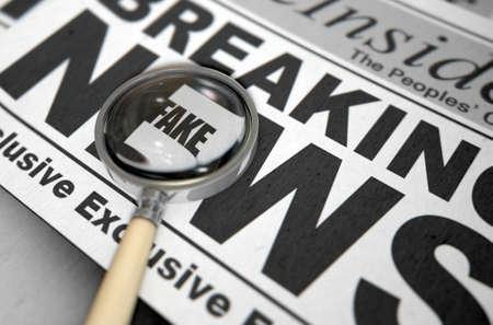 전면 페이지 제목 - 3D 렌더링에 기본 메시지를 강조 표시하는 돋보기와 인쇄 된 신문 게재 가짜 뉴스 개념