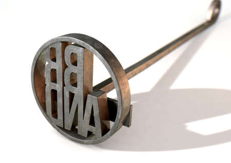 Un fer de fer en métal avec le mot marque comme zone de marquage sur une surface blanche isolée - rendu 3D Banque d'images - 73974491