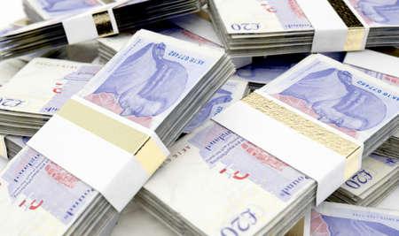 Ein Haufen zufällig verstreuter Bündel britischer Pfund-Banknoten auf einem isolierten Hintergrund - 3D-Rendering
