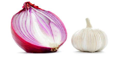cebolla: El ajo y la cebolla roja media primer macro, aislado en blanco