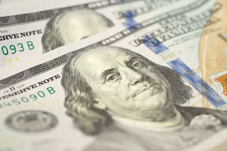 Una trama di sfondo ravvicinata di una nuova banconota da cento dollari USA
