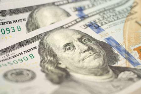 Une texture de fond en gros plan du nouveau billet de cent dollars américains