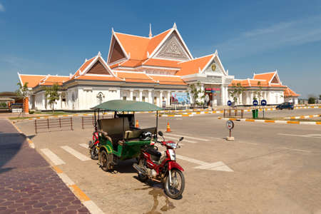 New ticket booth building to Angkor Wat temples, tuktuk in Siem Raep, Cambodia. Редакционное