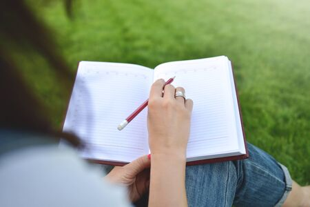 gros plan de jeunes femmes écrivant sur un ordinateur portable dans le parc. concept d'éducation et de connaissances Banque d'images