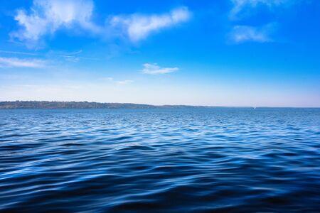 Meereslandschaft mit Meereshorizont und fast klarem tiefblauem Himmel - Hintergrund Standard-Bild