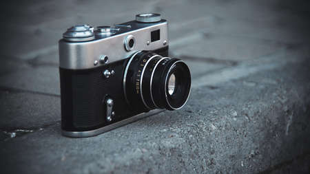 The old film camera is on the ground Stockfoto