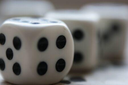 jeu de dés plusieurs pièces gros plan quatre et cinq noir et blanc