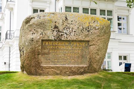 beach resort: Piedra conmemorativa para Friedrich Franz I, fundador de la primera estaci�n de la playa de alem�n en Heiligendamm