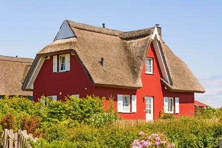 rot reetgedeckte Ferienhaus mit Garten