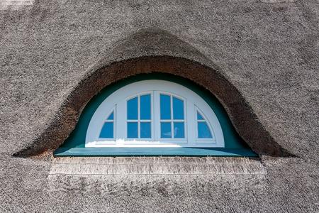 dormer: Dormer de una casa tradicional con techo de paja, el mar B�ltico, Alemania