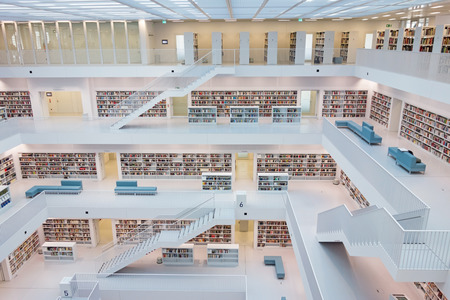 biblioteca: Stuttgart, Alemania - 17 de marzo 2014: La Biblioteca Municipal de Stuttgart diseñada por Eun, joven, Yi. Proporciona más de 500.000 libros.
