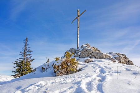 cruz de jesus: cruz de madera cumbre - Paisaje de invierno Foto de archivo