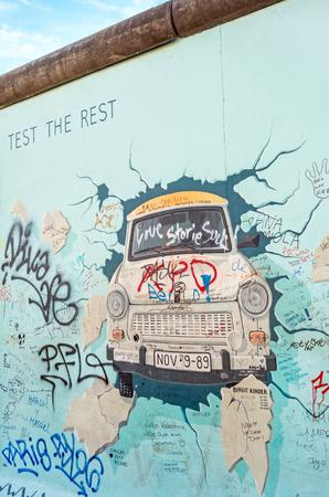 """Berlin, Deutschland - 26. Oktober 2013: Der Murial Titel """"Testen Sie den Rest"""" von Birgit Kinder auf einem Rest der Berliner Mauer, East Side Gallery, Berlin."""