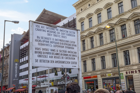 mauer: Berlin, Germany - October 26, 2013: Checkpoint Charlie streetview - it was the most famous crossing point between East and West Germany during the cold war.