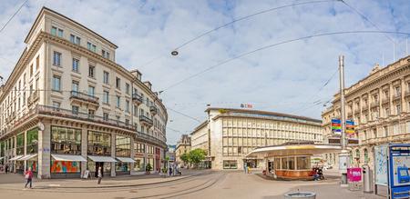 Zürich, Zwitserland - 10 juni 2017: Paradeplatz panorama, binnenstad van Zürich, uitzicht vanaf winkelpromenade genaamd Bahnhofstrasse.