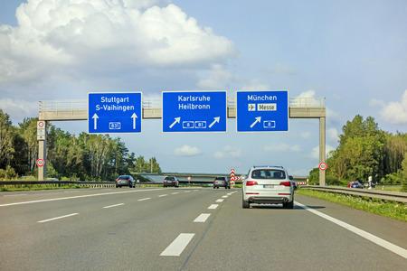 高速道路の道路標識 (アウトバーン 8181E 531) 高速道路インターチェンジ シュトゥットガルトカールスルーエ - ハイルブロンミュンヘン (ミュンヘ