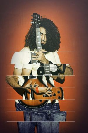 Close-up van een knappe gepassioneerde expressieve coole jonge brunette rockmuzikant mannen met lang krullend haar spelen electro gitaar staande tegen rode achtergrond - abstracte foto