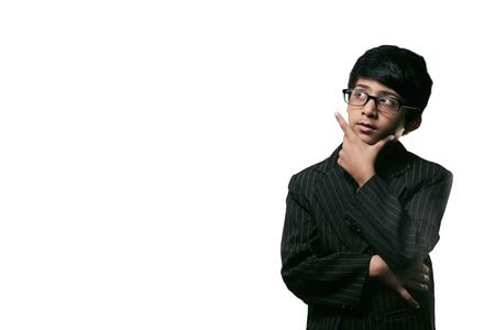 Little Boy lindo inteligente Mirar hacia arriba Pensamiento y con gafas, aislado en fondo blanco Foto de archivo - 73994717